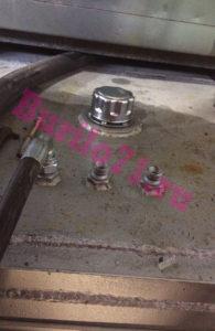 Гидробак ямобура с сапуном и сливными штуцерами гидронасосов и гидромотора